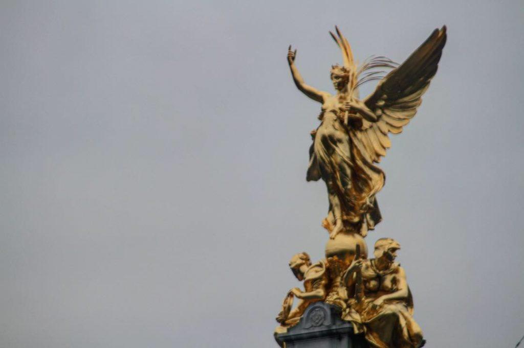 buckingham statue